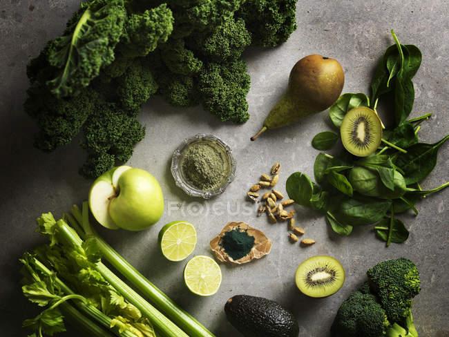 Vista superior de frutas y verduras de color verde - foto de stock