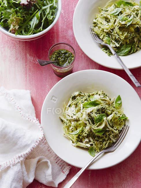 Спагетті, гарбуза і курки з песто — стокове фото