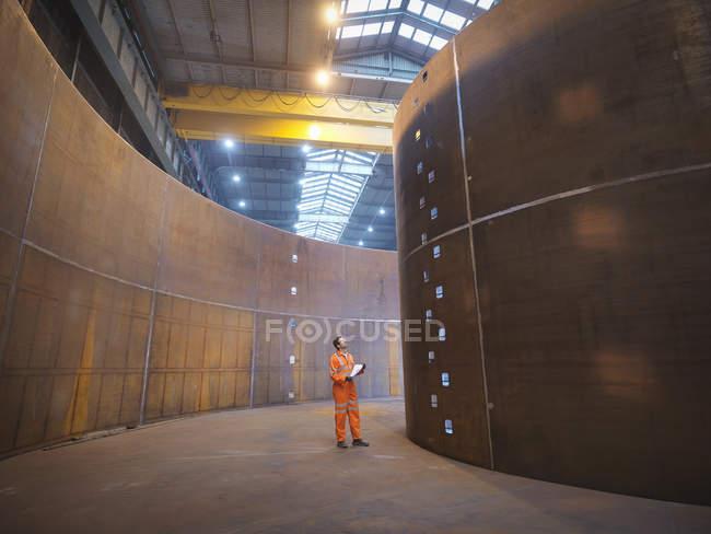 Engenheiro que inspeciona a fabricação naval usada para a colocação de cabos — Fotografia de Stock
