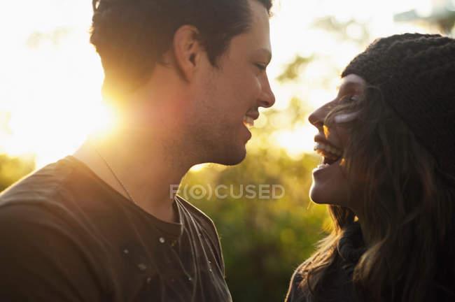 Портрет пары в осенний солнечный свет смеется — стоковое фото