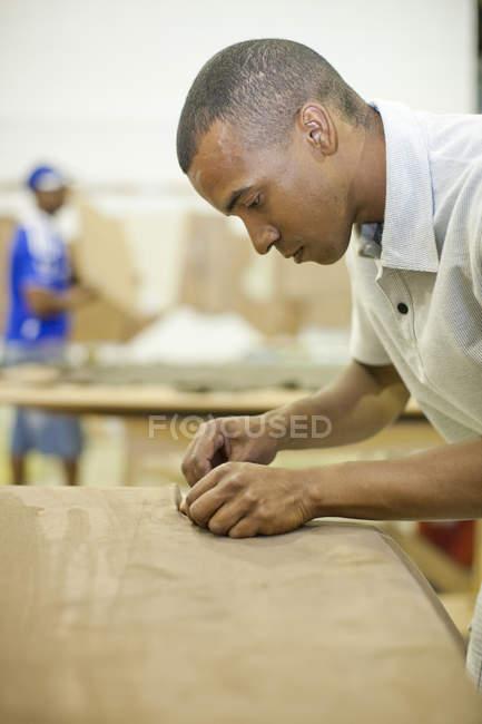 Estofador masculino que une a matéria têxtil à mobília — Fotografia de Stock