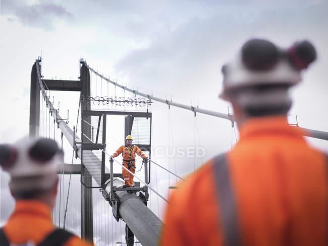 Сотрудники моста наблюдают за коллегой по кабелю подвесного моста, Хамбер Бридж, Великобритания — стоковое фото