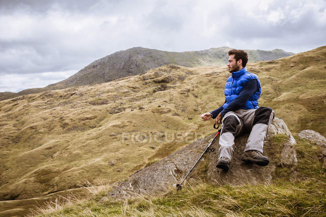 Jovem caminhante do sexo masculino com vista para a paisagem, The Lake District, Cumbria, Reino Unido — Fotografia de Stock