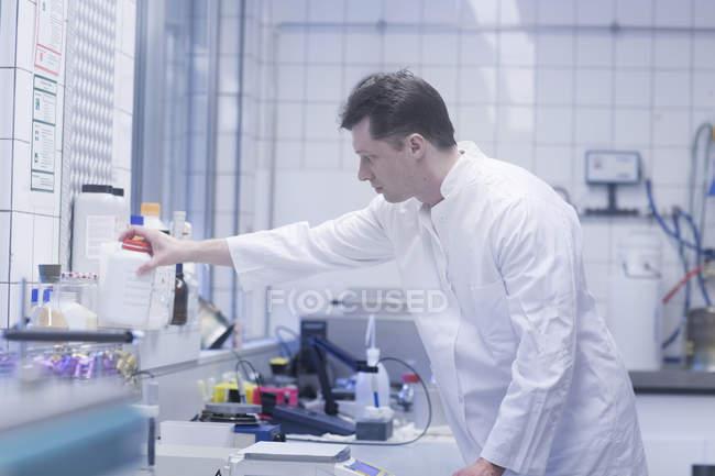 Wissenschaftler arbeitet im Labor — Stockfoto