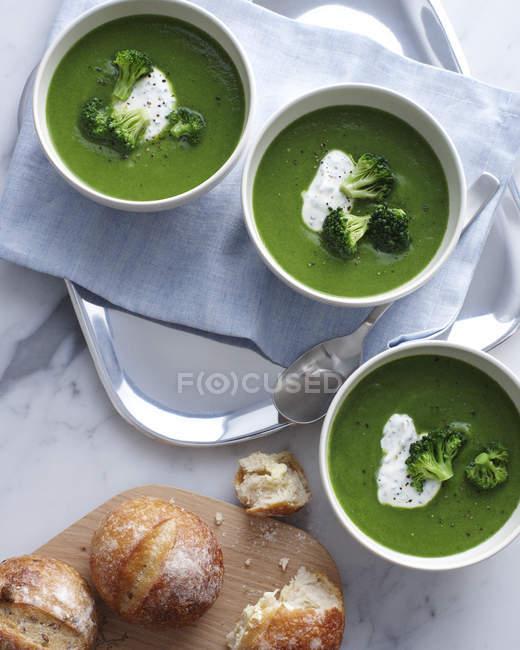 Натюрморт з брокколі суп чаші зі сметаною — стокове фото