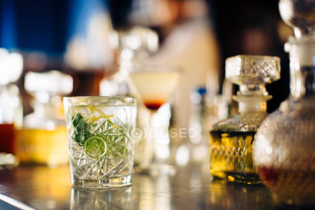 Пити на vintage коктейль барна стійка — стокове фото