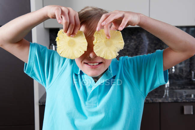 Девочка держит ломтиков ананаса — стоковое фото