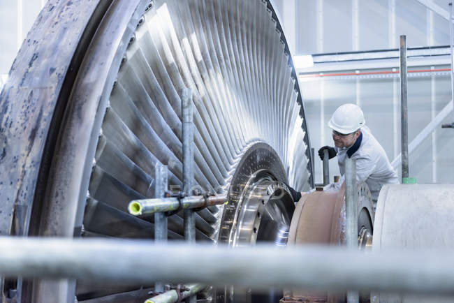 Engineer inspecting steam turbine in gas-fired power station — Stock Photo