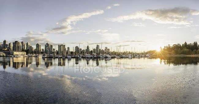 Skyline Маріна і місто на заході сонця, Ванкувер, Канада — стокове фото