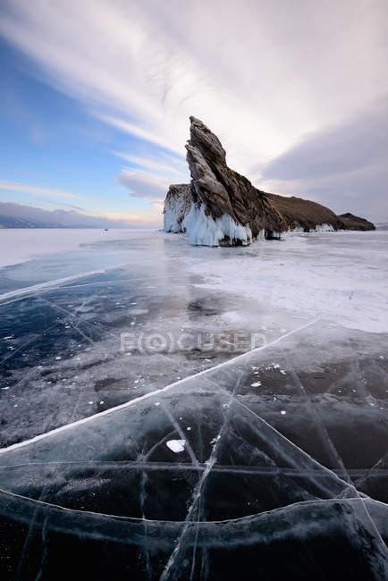 Vue de l'île d'Ogoy sur le lac Baïkal gelé, île Olkhon, Sibérie, Russie — Photo de stock