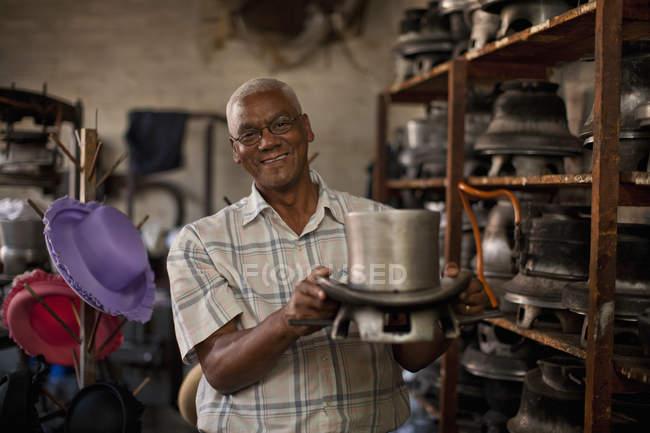 Мбаппе держит в мастерской плесень для головных уборов — стоковое фото