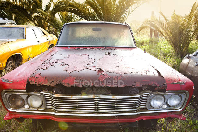 Vista frontal de coche de época en desguace - foto de stock