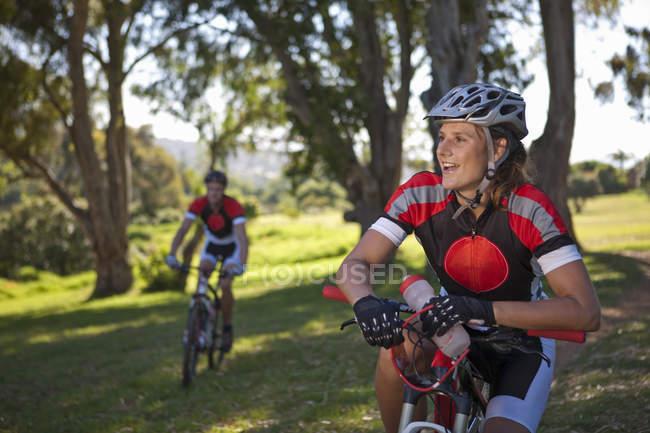 Велосипедистка на велосипеде отдыхает — стоковое фото
