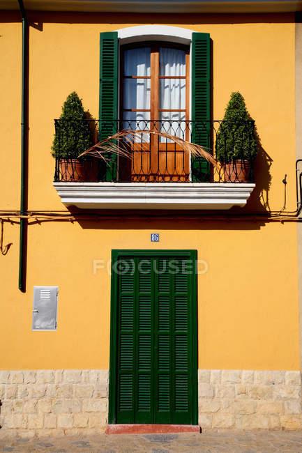 Persiane colorate sul condominio — Foto stock