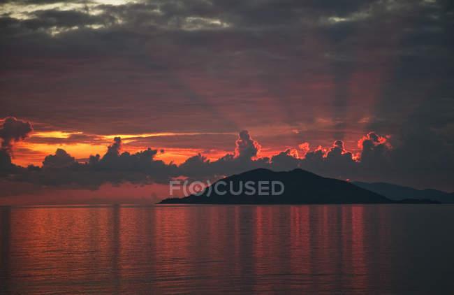 Tramonto drammatico sopra mare tranquillo — Foto stock