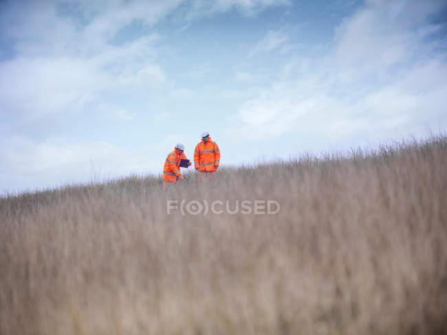 Екологи на поверхні вугільних шахт відновлення роботи — стокове фото