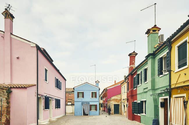 Traditionnel multi couleur maisons et Cour, Burano, Venise, Italie — Photo de stock