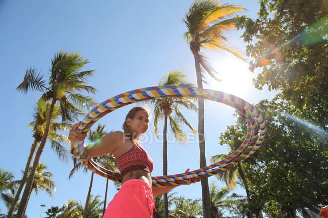 Молода жінка з пластикових обручі — стокове фото