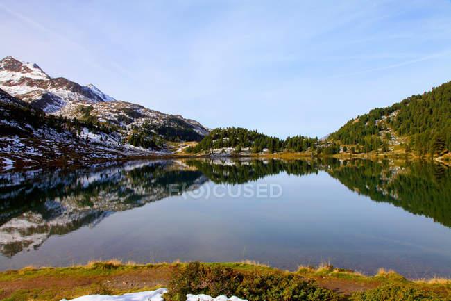 Landschaft im noch See widerspiegelt — Stockfoto