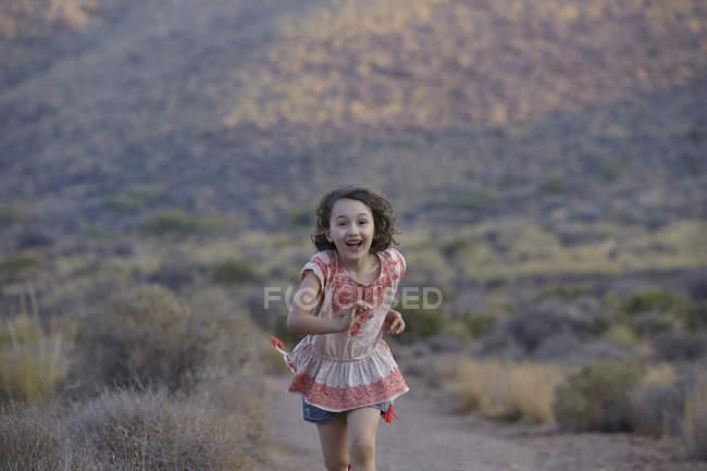 Ragazza che corre nella zona rurale, Almeria, Andalusia, Spagna — Foto stock
