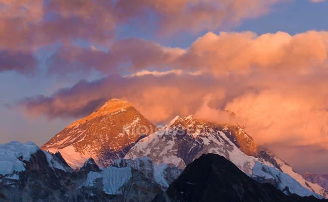 Montanhas nevadas e nuvens — Fotografia de Stock
