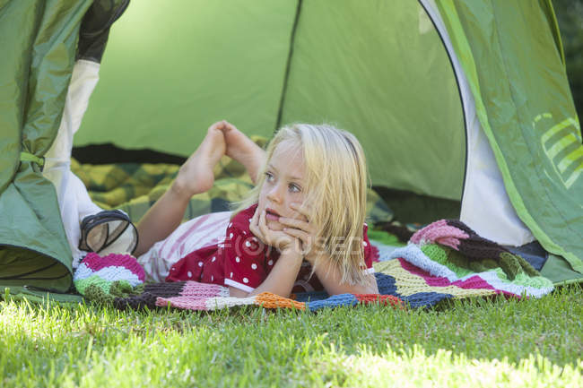 Retrato de menina sonhando acordado na tenda do jardim — Fotografia de Stock