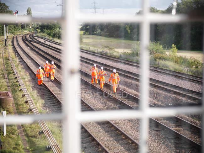 Железнодорожники на путях, вид из автомата — стоковое фото