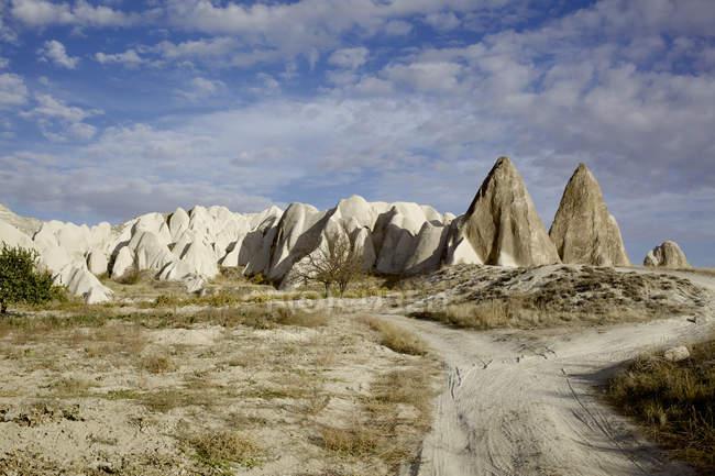 Вершины скал и грунтовой дороге — стоковое фото