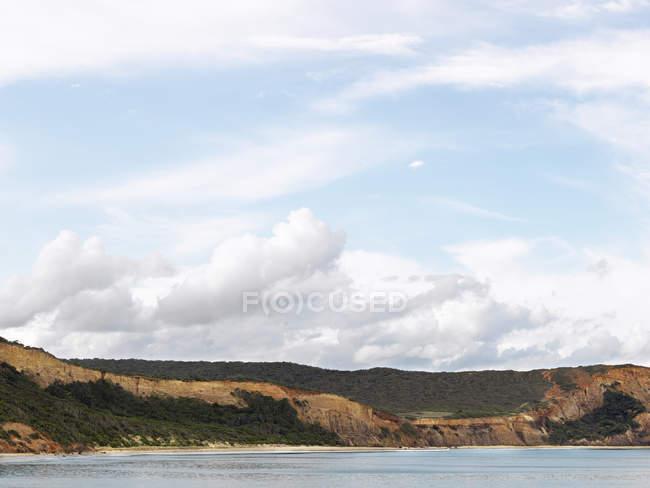 Blick auf Küste und Meer unter bewölktem Himmel — Stockfoto