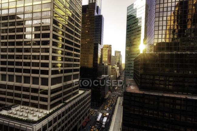 Элементарный вид на стеклянные фронтальные небоскребы, Нью-Йорк, США — стоковое фото