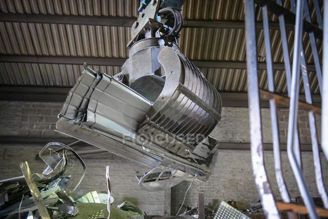 Низкий угол зрения грейфера крана в переработке алюминия — стоковое фото