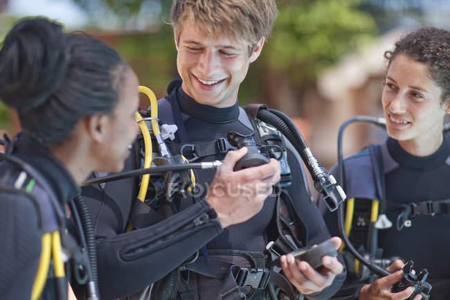 Инструктор по подводному плаванию демонстрирует кислородную маску для учениц — стоковое фото