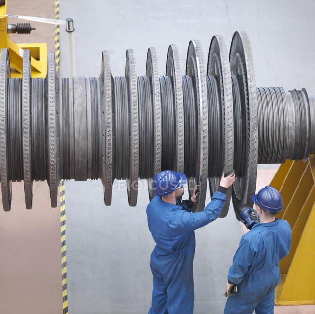 Інженери оглядають турбіну при відключенні електростанцій, високий кут огляду — стокове фото