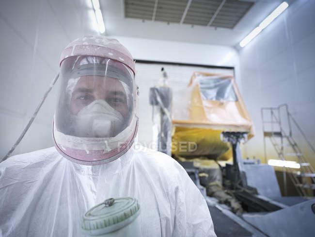 Retrato del técnico de pulverización de pintura en la fábrica de reparación de camiones, primer plano - foto de stock