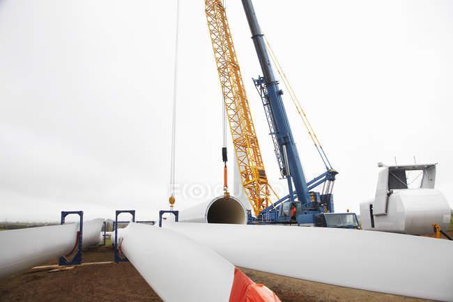 Возводятся ветряные турбины — стоковое фото