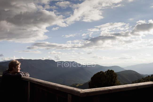 Caminhante masculino olhando para a vista da varanda, Plose, Tirol do Sul, Itália — Fotografia de Stock