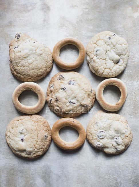Вид зверху файлів cookie, які розташовані в шаблон — стокове фото