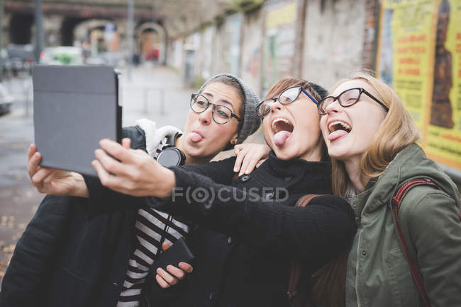 Three sisters taking selfie on street — Stock Photo