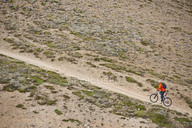 Maschio di mountain bike ciclismo ripida pista sterrata, Valle di Reykjadalur, sud ovest dell'Islanda — Foto stock