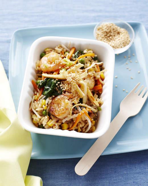 Crevettes à le œuf et riz frit dans le récipient de la restauration rapide — Photo de stock