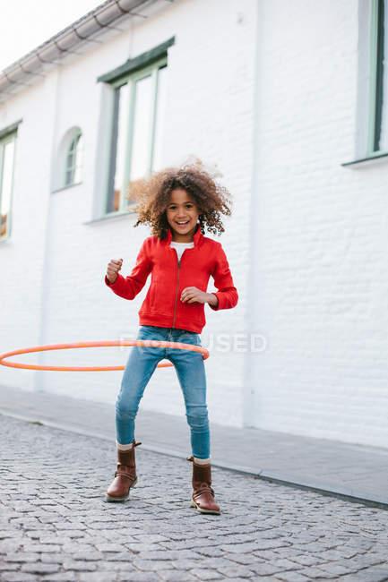 Молода дівчина, практикуючи hoola Хооп — стокове фото