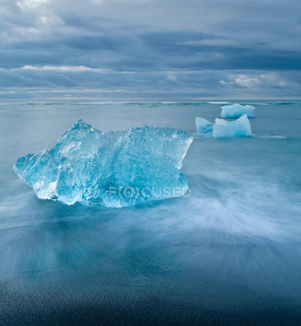 Eisberge im Gletscherwasser, Südisland schweben — Stockfoto