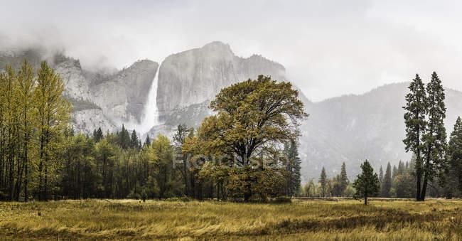 Краєвид з далекий Туманний водоспад, Національний парк Йосеміті, Каліфорнія, США — стокове фото