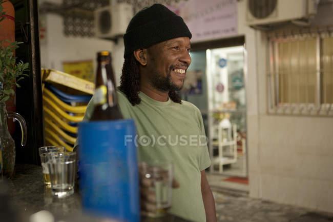 Людина розслабляє з пивом в пабі — стокове фото