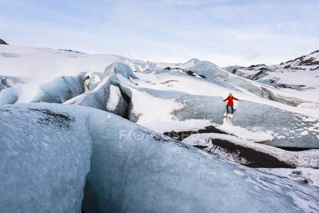 Donna esplorare ghiacciaio Solheimajokull, Islanda — Foto stock