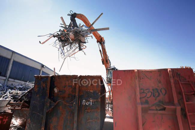 Грейфер обработчик сортировки и перемещения металлов в контейнер двор лома — стоковое фото