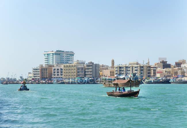 Паромы на Дубай Крик, ОАЭ — стоковое фото