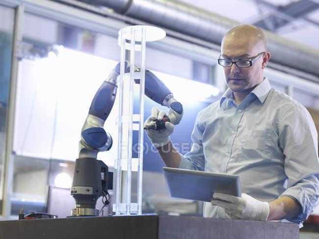 Trabalhador usando tablet para realizar verificação de controle de qualidade em fábrica de vidro — Fotografia de Stock
