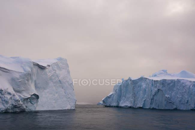 Icebergs au fjord glacé d'Ilulissat, Disko Bay, Groenland — Photo de stock