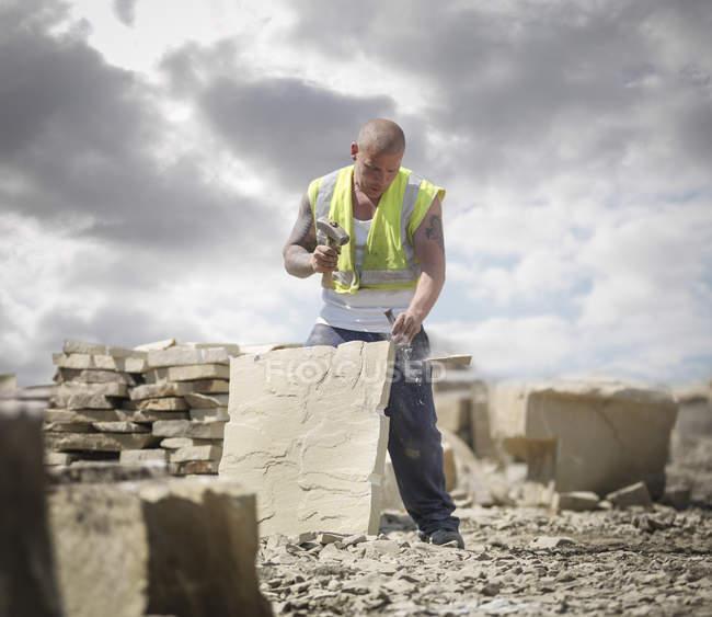 Travailleur de carrière façonnant grès dans la carrière de pierre Yorkshire — Photo de stock